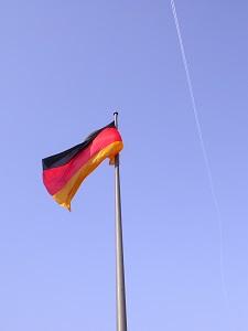 Diese Farbfotografie von Thorsten Hülsberg zeigt eine Deutschlandfahne im Wind.