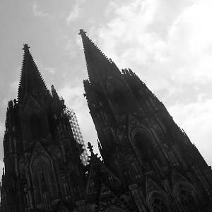 Diese schwarzweiße Ausschnittsfotografie von Thorsten Hülsberg zeigt den Kölner Dom.