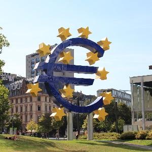 Dieses quadratische Farbfoto von Thorsten Hülsberg zeigt das Euro-Denkmal in Frankfurt am Main.