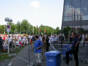 Diese verpixelte Farbaufnahme von Thorsten Hülsberg zeigt den Andrang vor der BayArena in Leverkusen.