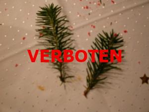 Dieses Bild von Thorsten Hülsberg zeigt einen verschwommenen Weihnachtstisch und darüber steht in rot VERBOT.