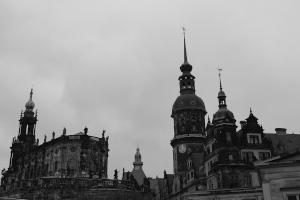 Diese Schwarzweißaufnahme von Thorsten Hülsberg zeigt den historischen Kern von Dresden.