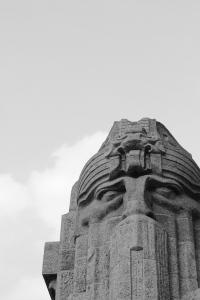 Diese Schwarzweißfotografie von Thorsten Hülsberg zeigt einen Ausschnitt des Völkerschlachtdenkmals in Leipzig.