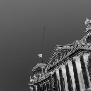 Invertiertes Schwarzweißfoto von Thorsten Hülsberg zeigt den Reichstag in Berlin.