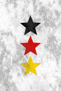 Dieses Bild von Thorsten Hülsberg zeigt untereinander drei Sterne jeweils in Schwarz, Rot und Gold, hinter schweren, dunklen Wolken.