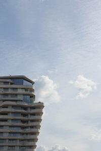 Fotografie in Farbe und man sieht einen Ausschnitt des Marco Polo Towers in Hamburg.