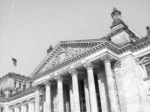 Dieses Bild von Thorsten Hülsberg zeigt in graustufen den Reichstag in Berlin.
