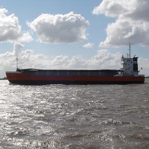 Dieses Farbfoto von Thorsten Hülsberg zeigt ein Frachtschiff auf hoher See.