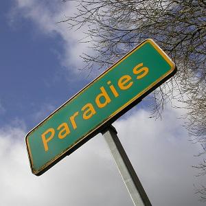 Das Farbfoto von Thorsten Hülsberg zeigt ein norddeutsches Ortsschild mit dem Namen Paradies.