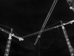 Dieses invertierte Graustufenfoto von Thorsten Hülsberg zeigt Baukräne.