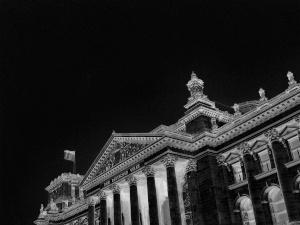 Dieses Bild von Thorsten Hülsberg zeigt ein finsterinvertiertes Foto des Reichstags in Berlin.