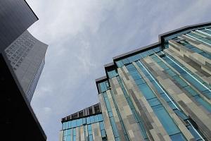 Diese Farbfotografie von Thorsten Hülsberg zeigt einen Teil der Uni Leipzig und das City-Hochhaus.