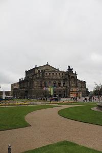 Diese Farbfotografie von Thorsten Hülsberg zeigt mit dem Zwinger das Wahrzeichen der sächsischen Landeshauptstadt Dresden.