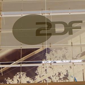 Dieser quadratische, invertierte Farbfotoausschnitt von Thorsten Hülsberg zeigt die Fassade des ZDF-Studios in Hamburg.