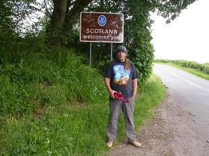 Dieses Farbfoto zeigt Thorsten Hülsberg in England an der Grenze zu Schottland.