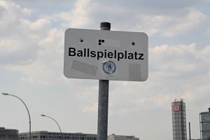 Diese Farbfotografie von Thorsten Hülsberg zeigt ein Ballspielplatz-Schild mitten in Berlin.