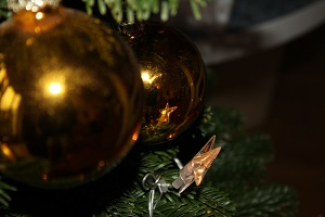 Diese Farbfotografie von Thorsten Hülsberg zeigt Weihnachtsschmuck am Baum.