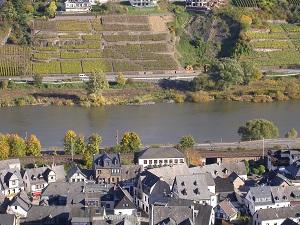 Diese Farbfotografie von Thorsten Hülsberg zeigt eine idyllische Flusslandschaft in Rheinland-Pfalz in der Umgebung von Koblenz.