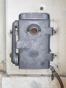 Diese Farbfotografie von Thorsten Hülsberg zeigt ein altes Telefon.