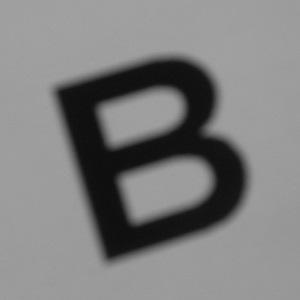 Dieses Schwarzweißfoto von Thorsten Hülsberg zeigt den linkslastig ausgerichteten Großbuchstaben B.