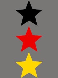 Dieses BALLacker-dÜsign von Thorsten Hülsberg zeigt auf grauem Grund untereinander drei Sterne in den deutschen Nationalfarben.