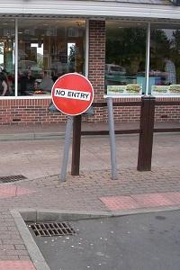 Dieses Farbfoto von Thorsten Hülsberg zeigt ein Schild mit der Aufschrift No Entry vor einem britischen Schnellrestaurant.