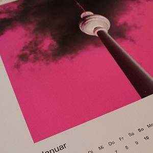 TUHpix-Kalenderblatt von Thorsten Hülsberg mit dem Alex in Berlin in grellem Pink.