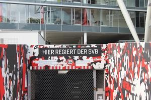 Dieses Farbfoto von Thorsten Hülsberg zeigt die Garageneinfahrt der BayArena, wo man HIER REGIERT DER SVB lesen kann und sogar den Mannschaftsbus der Werkself erahnen kann.