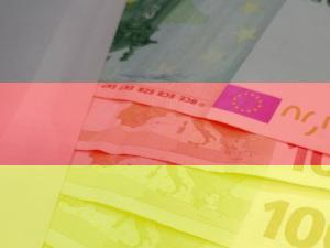 Dieses Bild von Thorsten Hülsberg zeigt eine Deutschlandfahne und darunter schimmert ein Umschlag mit Hunderteuroscheinen.