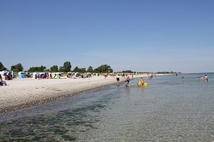Diese Farbfotografie von Thorsten Hülsberg zeigt eine klassische Feriensituation an einem Ostseestrand.