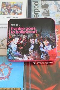Dieses Farbfoto von Thorsten Hülsberg zeigt eine Auswahl an CDs von FGTH und darauf die geschlossene CD-Box SIMPLY.