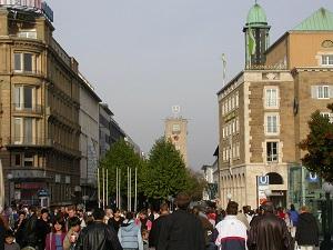 Dieses Farbfoto von Thorsten Hülsberg zeigt die Innenstadt der Landeshauptstadt von Baden-Württemberg, also Stuttgart.