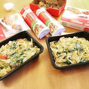 Dieses Farbfoto von Ayhan Kaya zeigt einen Esstisch mit verschiedenen Speisen von Stückwerk Pizzakultur.