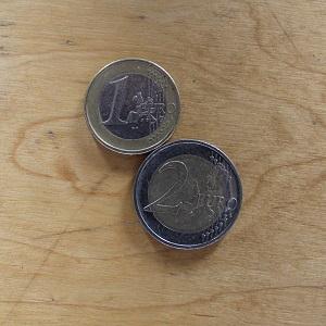 Diese Farbfotografie von Thorsten Hülsberg zeigt drei Euro.