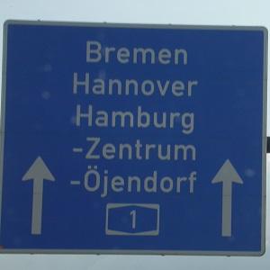 Dieses Farbfoto von Thorsten Hülsberg zeigt ein Schild von der A1 auf dem unter anderem Bremen, Hannover und Hamburg gelistet sind.