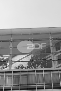 Diese Schwarzweißaufnahme von Thorsten Hülsberg zeigt die ZDF-Zentrale in Hamburg.