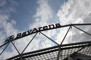 Fotografie in Farbe mit einem Ausschnitt des Stadions von Bayer 04 Leverkusen welches den Schriftzug BayArena zeigt.