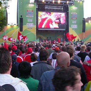 Dieses Farbfoto von Thorsten Hülsberg zeigt das Public Viewing zur WM 2006 in Hannover.