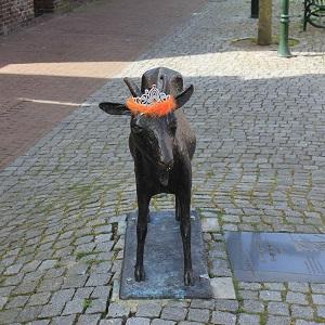 Diese Farbfotografie von Thorsten Hülsberg zeigt ein niederländisches Denkmal mit Schmuck in der Landesfarbe.