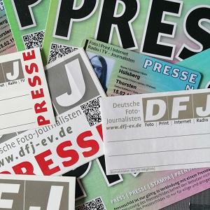 Fotografie von verschiedenen Pressekarten, Presseschildern und Presseausweis von Thorsten Hülsberg