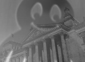 Diese Fotocollage von Thorsten Hülsberg in schwarzweiß zeigt einen grinsenden Geist über dem Reichstag in Berlin.