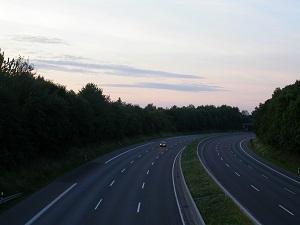 Dieses Farbfoto von Thorsten Hülsberg zeigt eine sechsspurige Autobahn mit nur einem PKW.