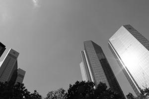 Diese Schwarzweißfotografie von Thorsten Hülsberg zeigt einen Ausschnitt der Skyline von Frankfurt am Main.