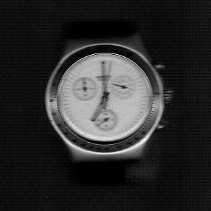 Dieser Scan in schwarzweiß von Thorsten Hülsberg zeigt eine Uhr der Marke Swatch.