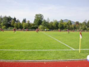 Dieses Bild von Thorsten Hülsberg zeigt eine völlig verschwommene Spielszene aus dem Fußballamateurbereich.
