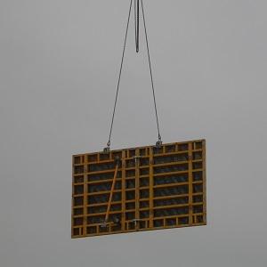 Man sieht eine Verschalungstafel an den Ketten eines Krans vor grauem Himmel.