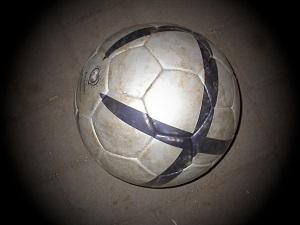 Dieses Bild von Thorsten Hülsberg zeigt einen Fußball im Fokus.