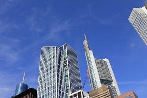 Dieses Farbfoto von Thorsten Hülsberg zeigt die Skyline der deutschen Finanzmetropole Frankfurt am Main.