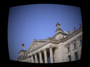 Dieses Bild von Thorsten Hülsberg zeigt den Reichstag in Berlin im Stile eines Fernsehgerätes.