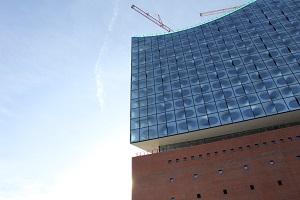 Diese Farbfotografie von Thorsten Hülsberg zeigt die Elbphilharmonie in Hamburg kurz vor der Eröffnung.